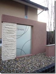 大判のデザインガラスを使用した門柱