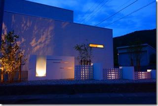 ライトアップされた大型ガラスパネルを使用した門柱