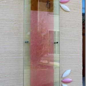 和紙の入ったサインとピンク色のフラワータイル。