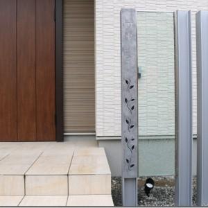 H鋼をサテンシルバーに塗装して、表札は錆銀。