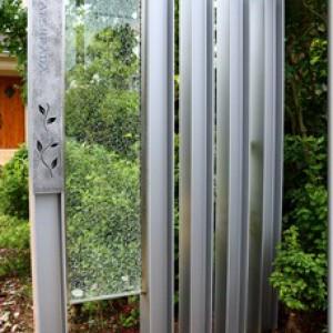 H鋼にジュエルグラスを挟み込んだ門柱