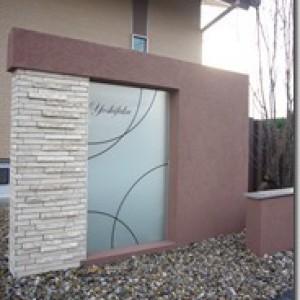 デザインガラスの大判を使用した門柱
