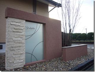大型ガラスパネルデザインを組み込んだ門柱