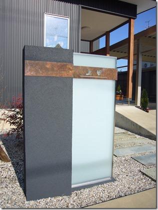 大型ガラスパネル乳白を使用した門柱