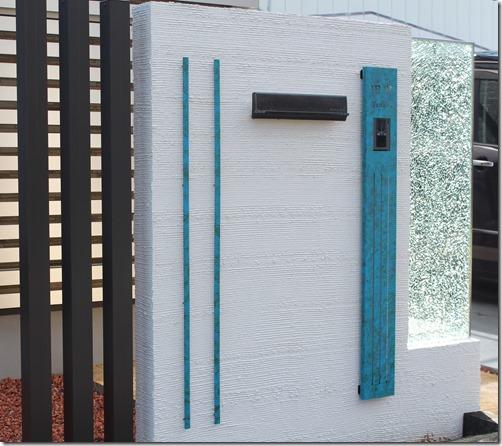 特殊塗装サインを取り付けた門柱。