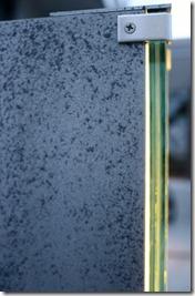 H鋼に取り付けたガラスサインの側面
