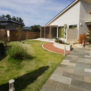 芝生とテラスで寛ぐあるお庭